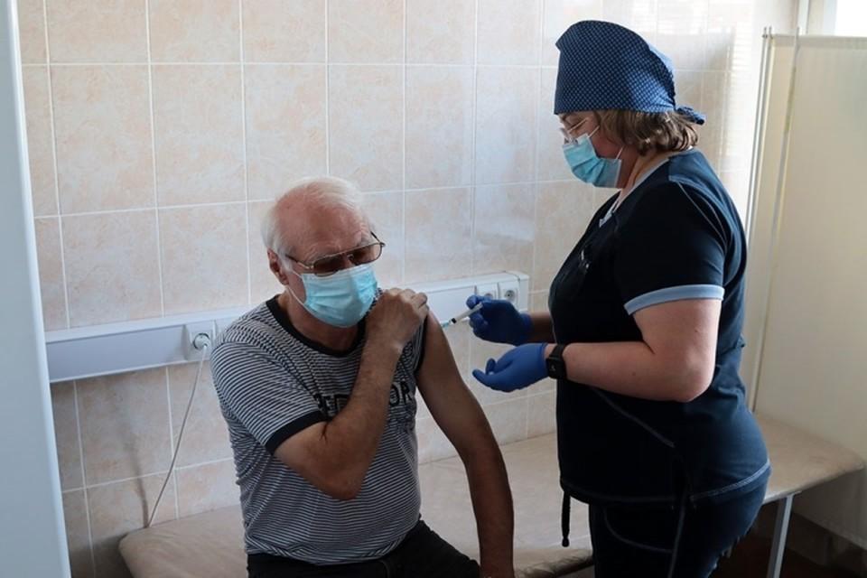 В Советском районе Брянска пенсионерам помогают вакцинироваться от короновируса.