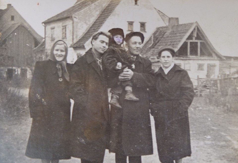 Валентина с мужем (второй справа) в Большаково.