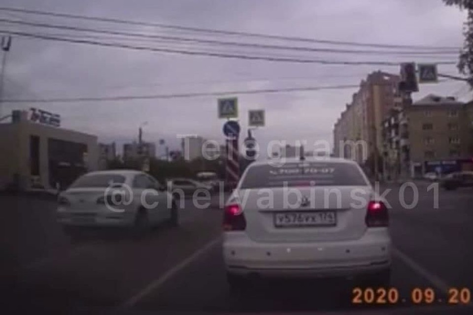 Volkswagen переехал двойную сплошную и оказался на встречной полосе. Кадр с видео: Челябинск №1/t.me