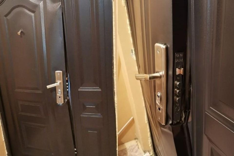 Жителям дома на улице Высоцкого,64 в Октябрьском районе Новосибирска выломали дверь в квартиру. Фото: Сибкрай.ru
