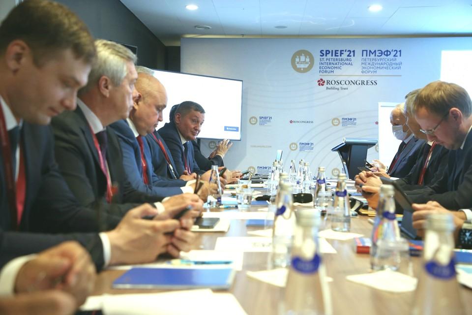 Волгоградская делегация во главе с губернатором Андреем Бочаровым заключила несколько соглашений на ПМЭФ. Фото: Ирина Симонова
