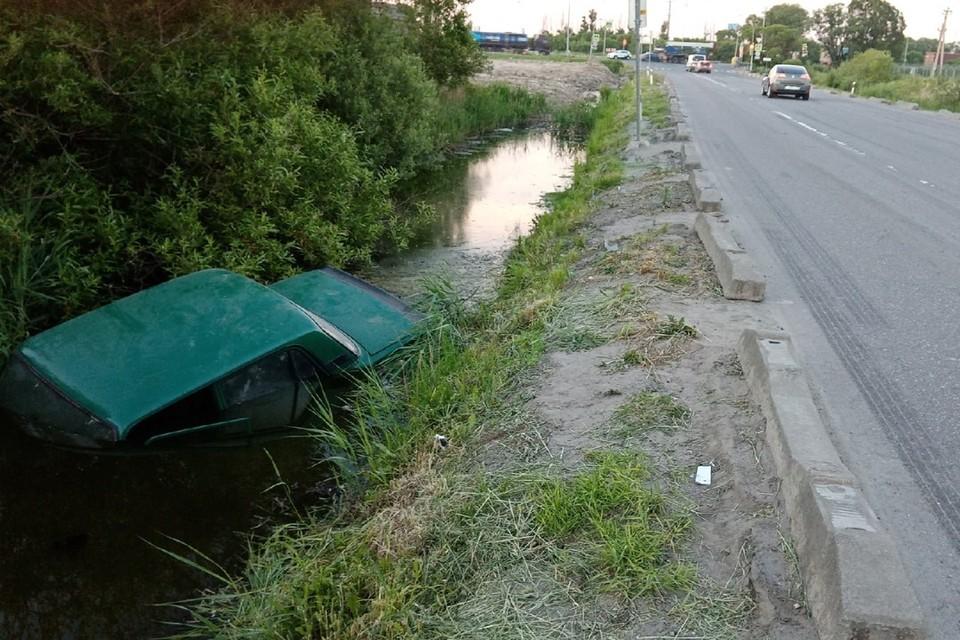 """Водоплавающие """"Жигули"""" третий день лежат в канаве на Паровозной дороге. Фото: vk.com/spb_today"""