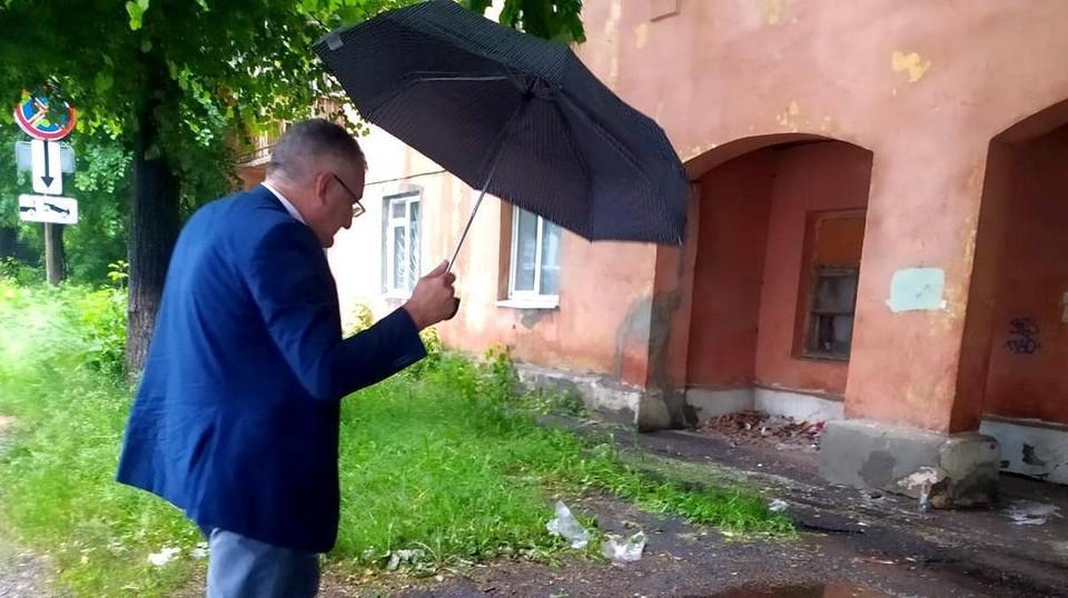 Эдуард Алтунин идет на переговоры с Еленой Водяновой. Фото: сайт горадминистрации.