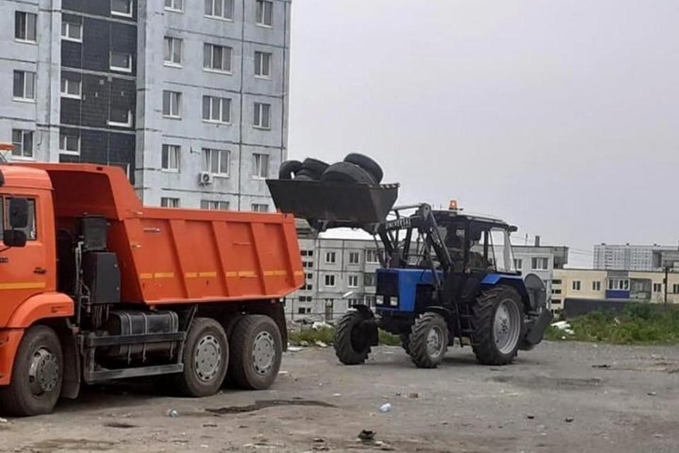Во Владивостоке утилизируют стихийные свалки покрышек. Фото: МБУ «Содержание городских территорий».