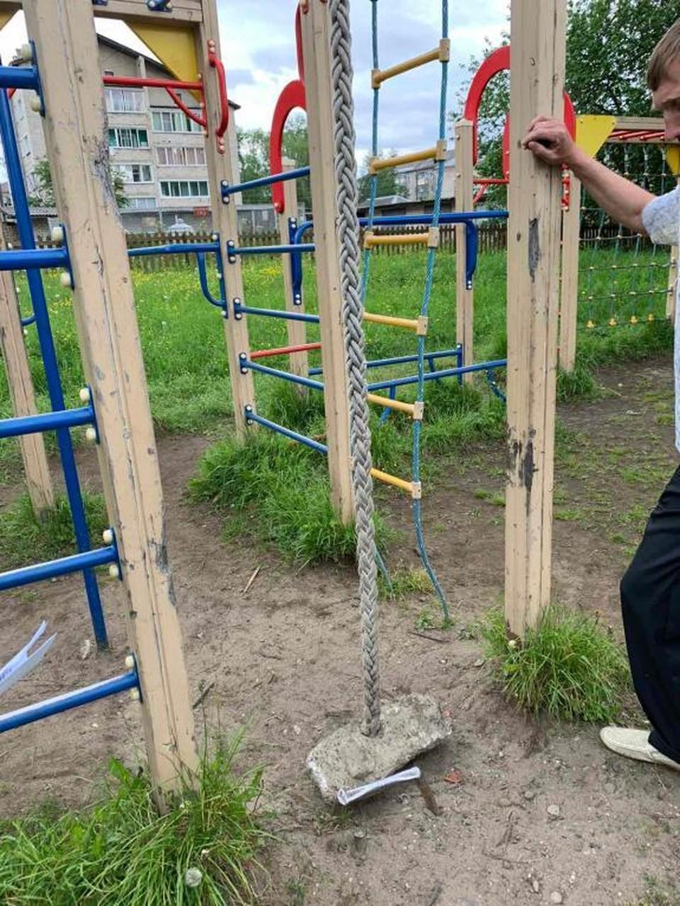 На детской площадке нашли торчащую из земли арматуру. Фото: прокуратура Кировской области