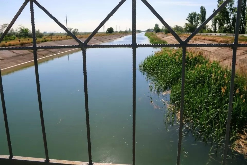 Идея добывать пресную воду из-под Азовского моря была озвучена на итоговой пресс-конференции в конце 2020 года в России президентом РФ Владимиром Путиным.