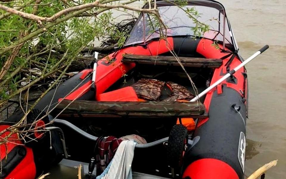 Надувная лодка, на которой семья из трех человек отправилась в плавание по озеру Ханка. Фото: instagram.com/sledcomprim.