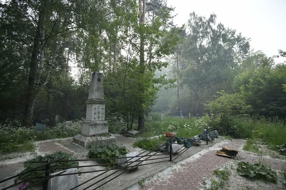 На Михайловском кладбище похоронены Зинаида Колмогорова, Юрий Дорошенко, Людмила Дубинина, Александр Колеватов и Николай Тибо-Бриньоль