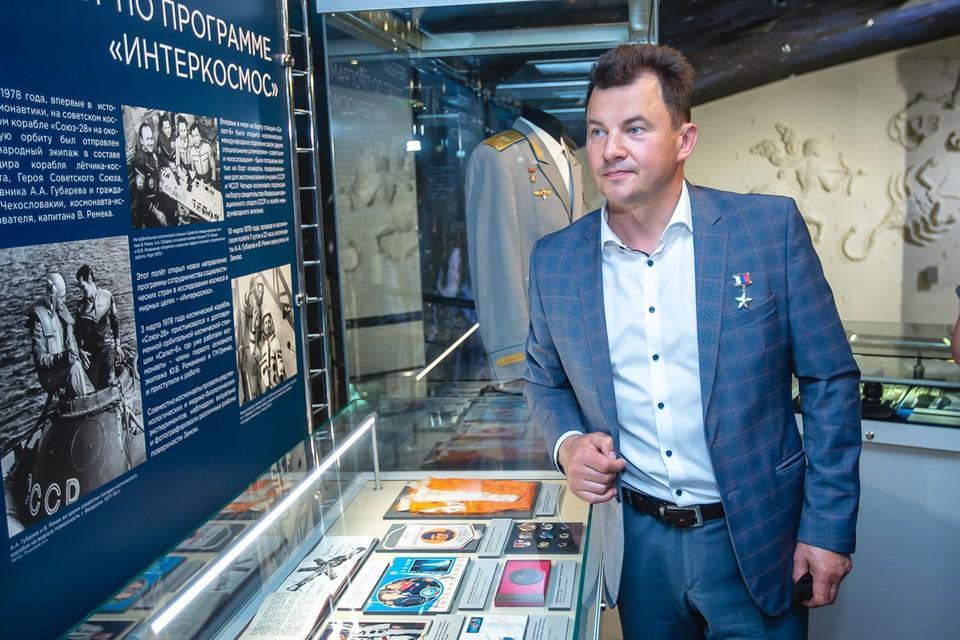Роман Романенко принял участие в открытии выставки, посвящённой космонавту Алексею Губареву. Фото: Иван СТЕПАНОВ.