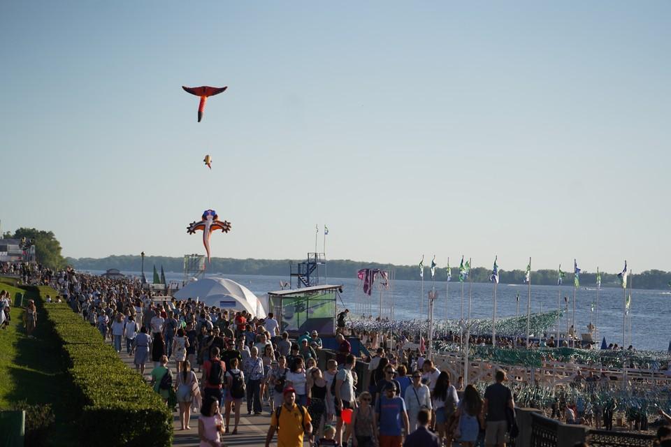 Фестиваль собрал на набережной сотни человек