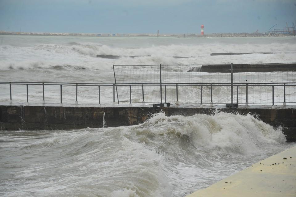 Из-за сильного шторма в Гагре погиб турист из Саратова
