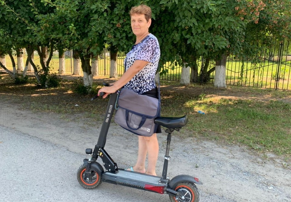 В свои 58 лет Елена Шубадерова заправски рассекает по станице и вдвое быстрее доставляет письма, чем раньше. Фото: пресс-служба Почты России