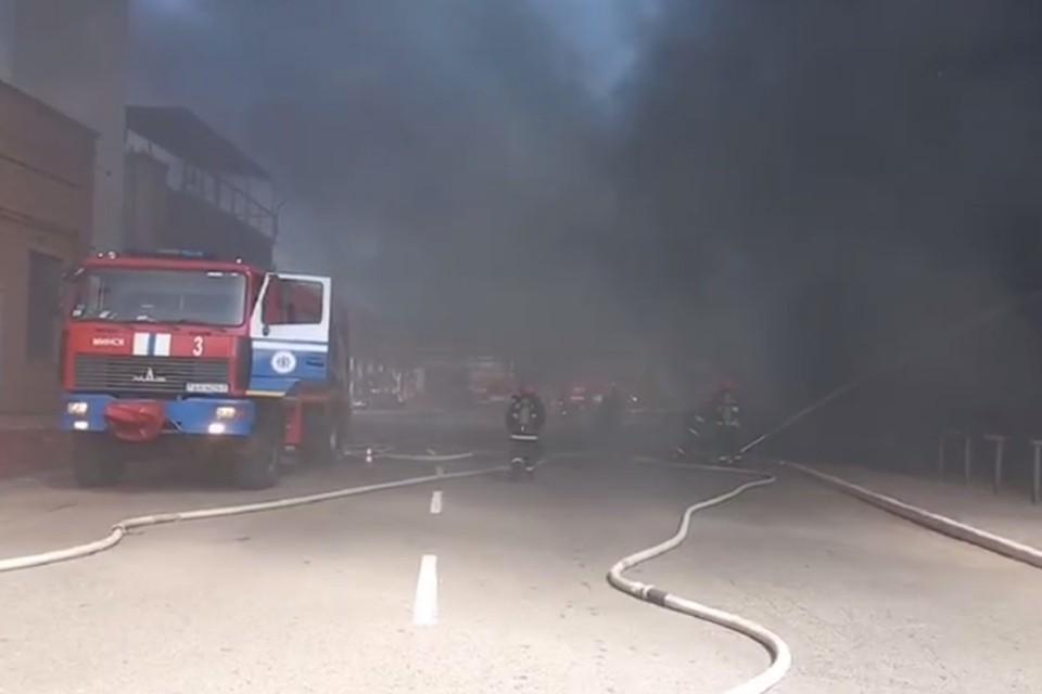 На территории МАЗа произошел пожар. Фото: скриншот видео