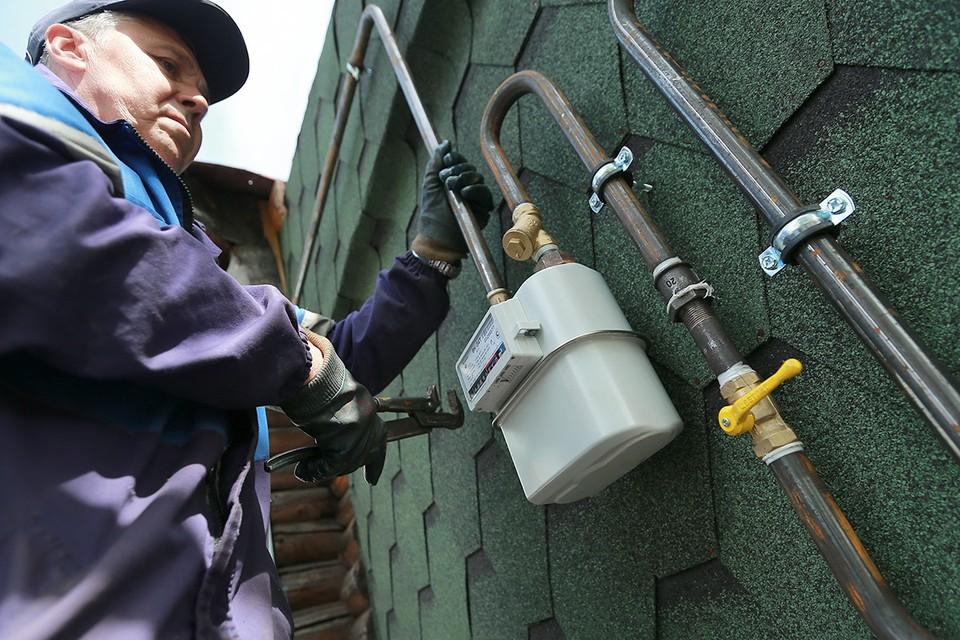 Установка газового счетчика во время газификации загородного дома. Фото ИТАР-ТАСС/ Владимир Смирнов