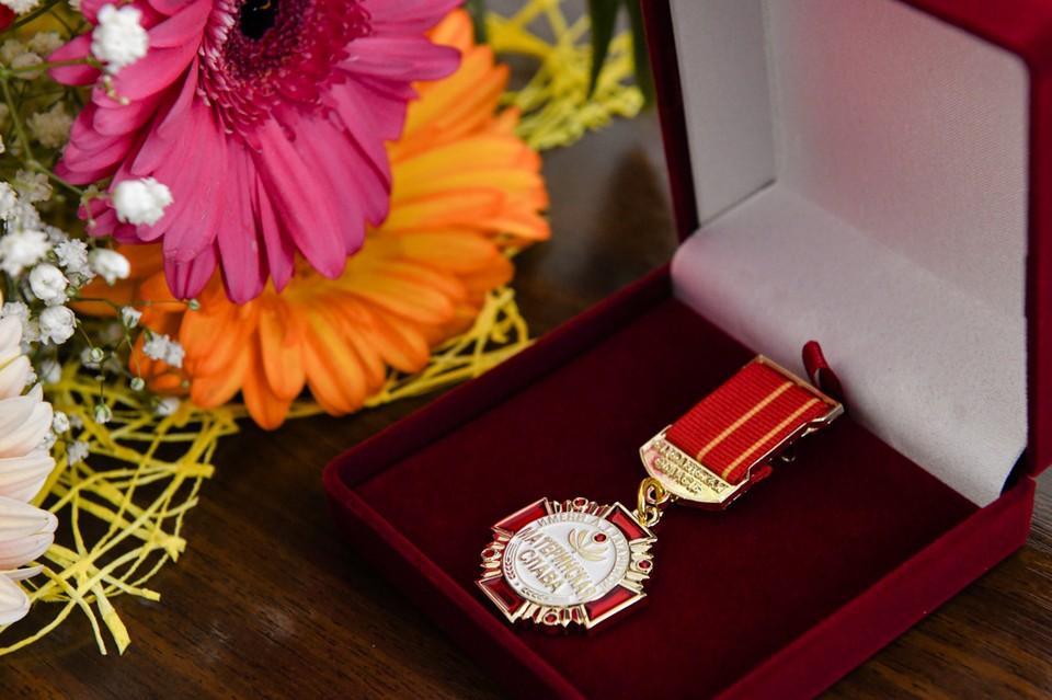 12 смоленских многодетных матерей наградили Почетным знаком. Фото: администрация Смоленской области.