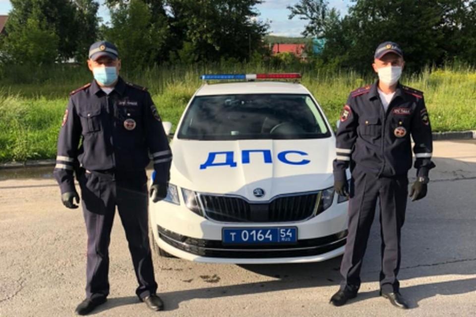 Полицейские помогли сибирячке, которой стало плохо за рулем. Фото: ГУ МВД по НСО