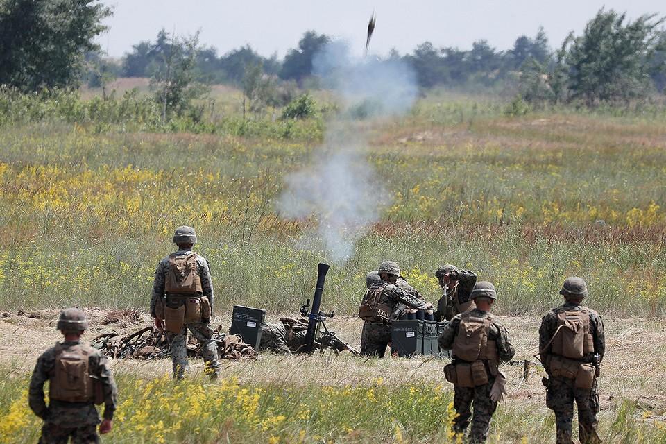 Морские пехотинцы США ведут огонь из минометов в ходе учений Sea Breeze-2021 в Херсонской области, Украина.