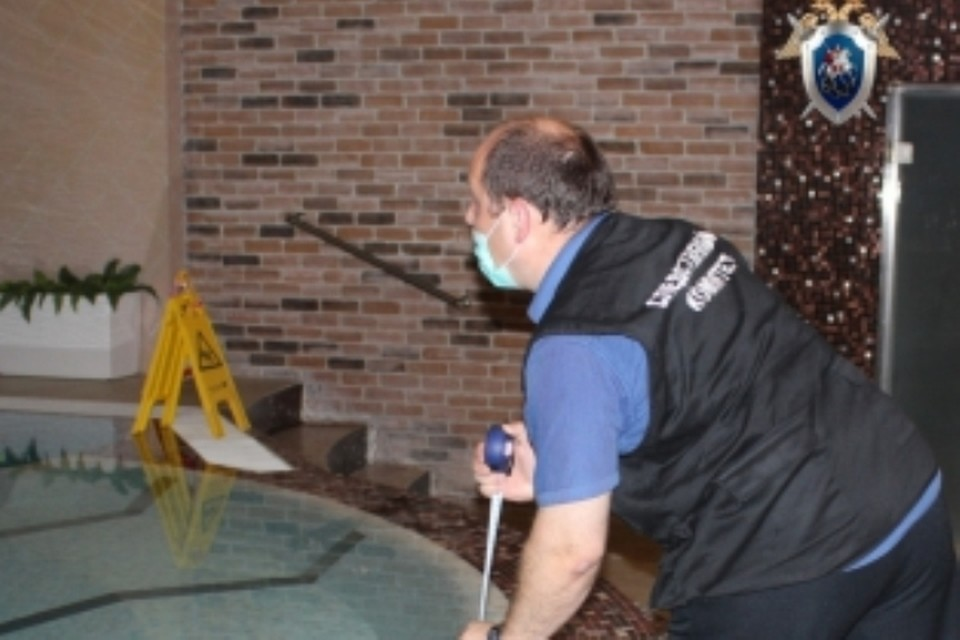 Следователи осматривают бассейн, где едва не погиб ребенок.