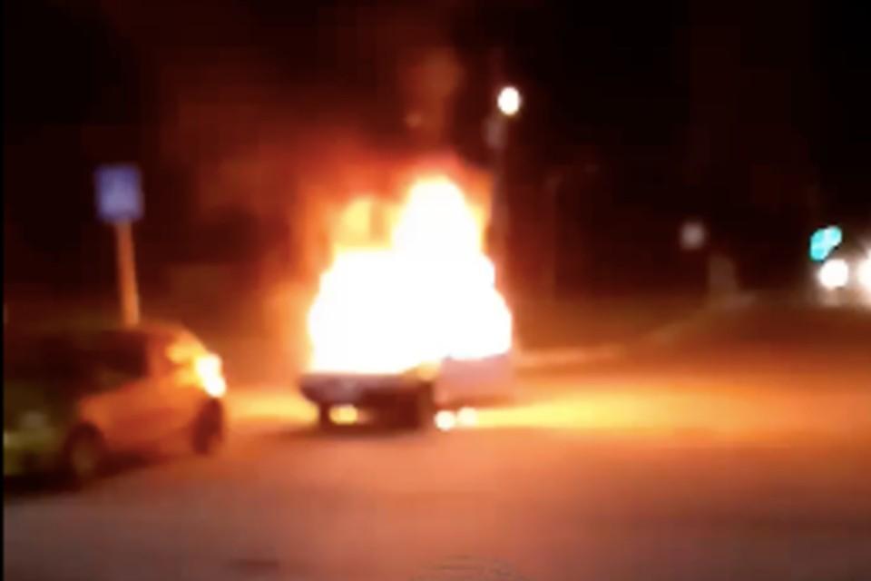"""Более 10 человек застали пожар. Фото: сообщество """"Инцидент Новосибирск"""" """"ВКонтакте"""""""