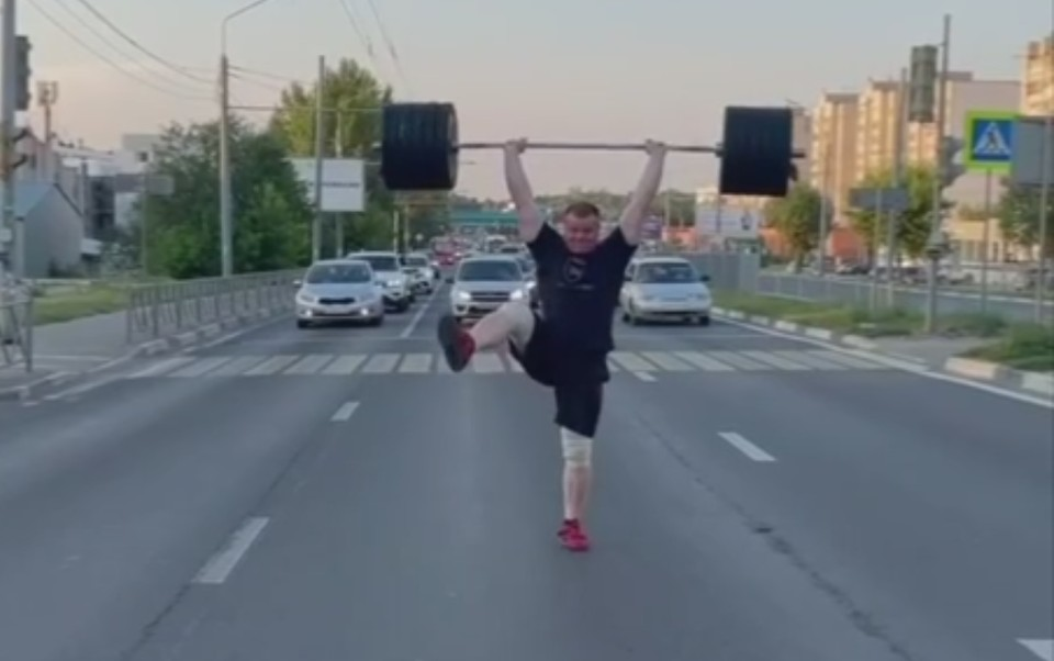 """Мужчина поднял штангу посреди проезжей части. Скриншот с видео, группа """"Ярославль LIVE"""""""