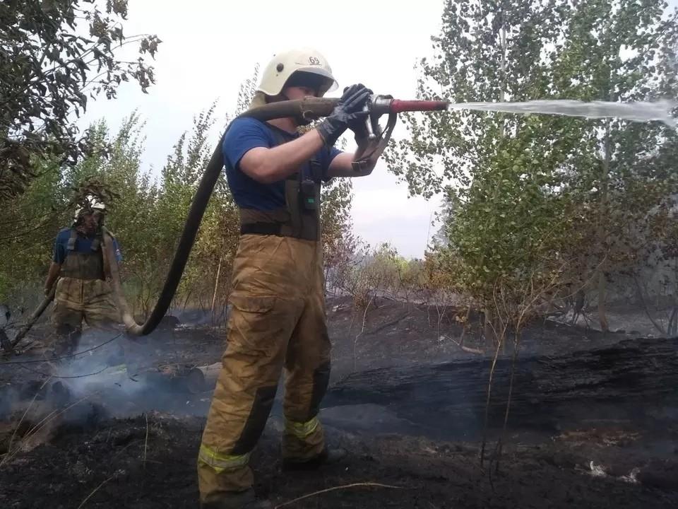 Огнеборцы сражаются с пламенем уже вторые сутки. Фото: ГУ МЧС по Самарской области