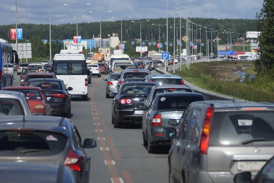 Водители стоят в пробке с самого утра