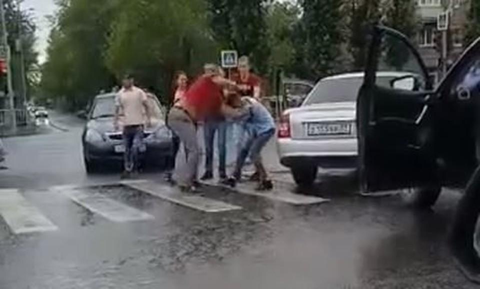 В Тюмени образовался затор из-за дерущихся водителей. Скриншот из видео.