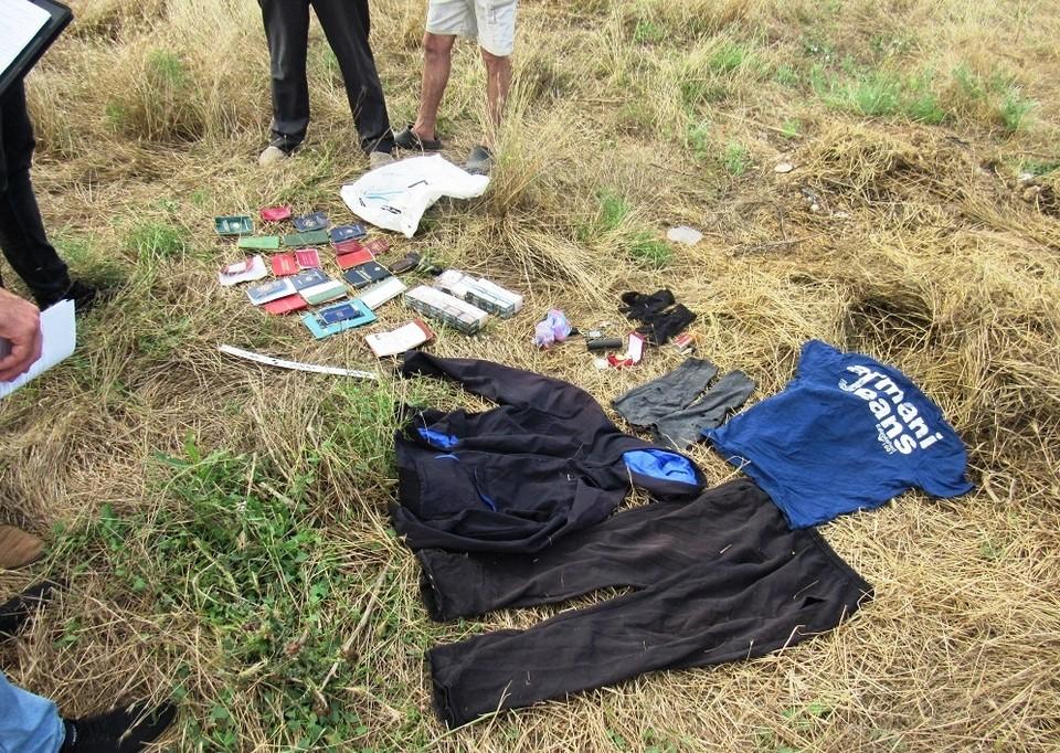 Доказательства причастности к преступлению были обнаружены в тайнике около дома подозреваемого. Фото: 82.мвд.рф
