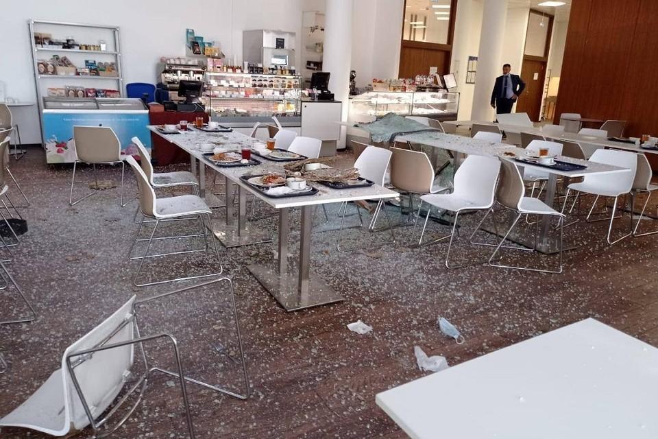 Обедавших людей засыпало битым стеклом. Фото: Прокуратура СПб