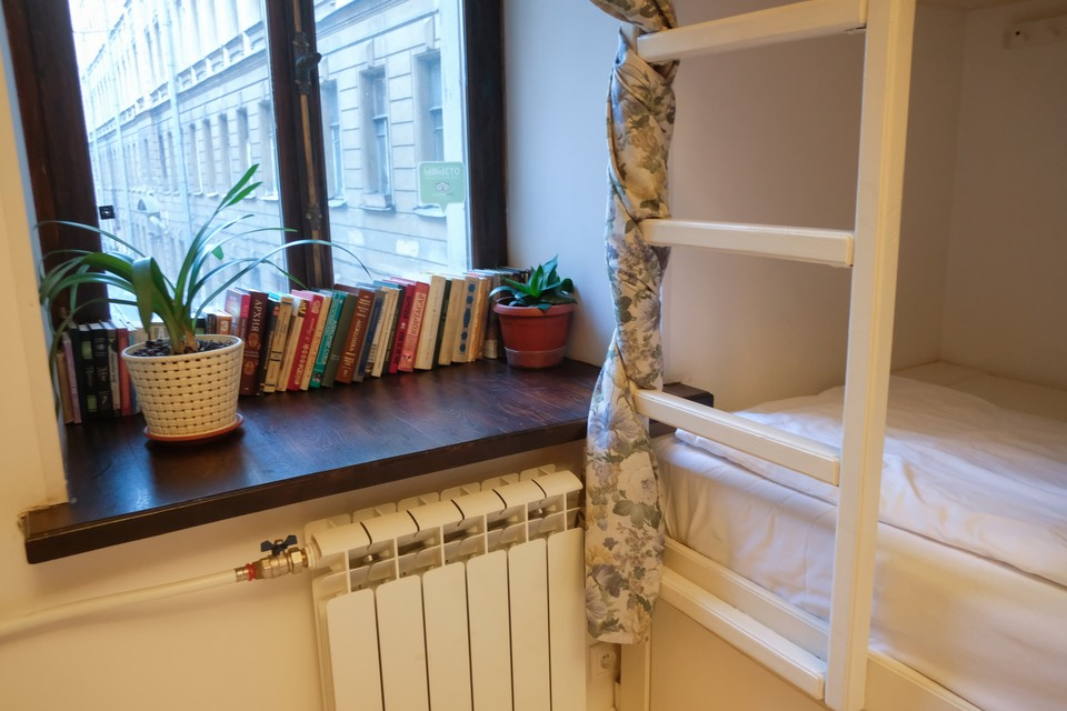 В аномальный зной в Петербурге «включают» батареи, но еще жарче в квартирах стать не должно.