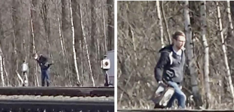 Человек с фотоаппаратом прихватил с собой железнодорожный указатель в Осташкове. Видимо, очень приглянулся ему артефакт. Только вот не простой это оказался хулиган, а сотрудник американского посольства. Фото: скрин видео ntv.ru