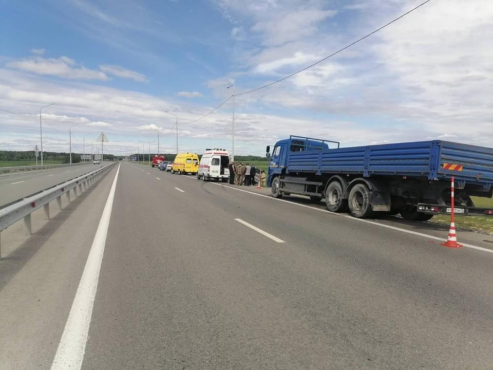 В аварии с большегрузом на тюменской трассе пострадали две девочки.