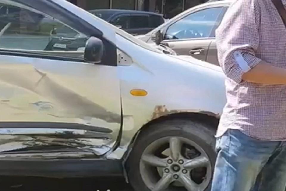 Компания новосибирцев на иномарке протаранила несколько припаркованных машин. Фото: стоп-кадр.