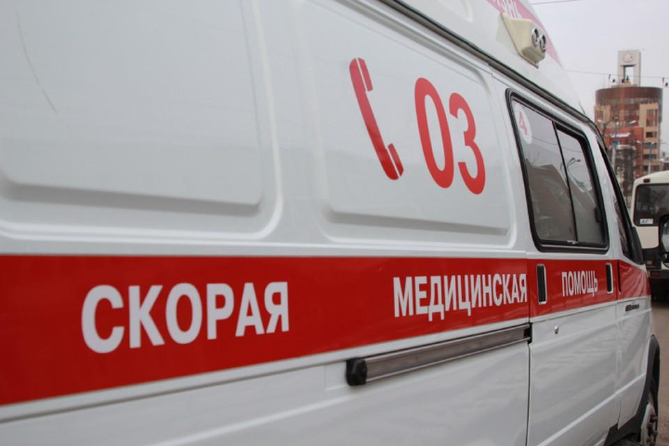 Мужчина дважды кинул поленом в машину медиков.