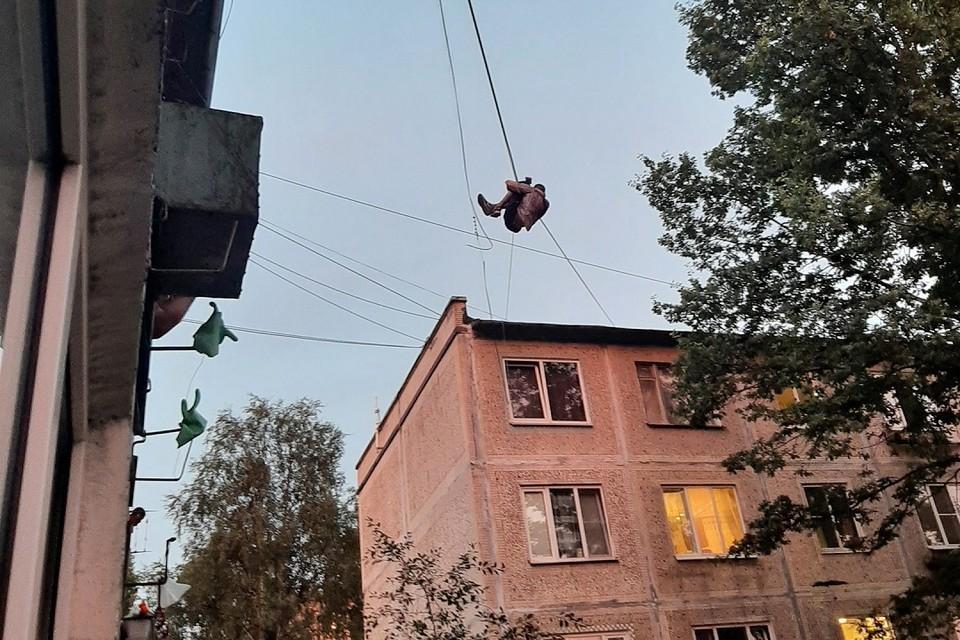 Пьяный петербуржец завис между домами на проспекте Большевиков. Фото: vk.com/spb_today / Ксения Русскова