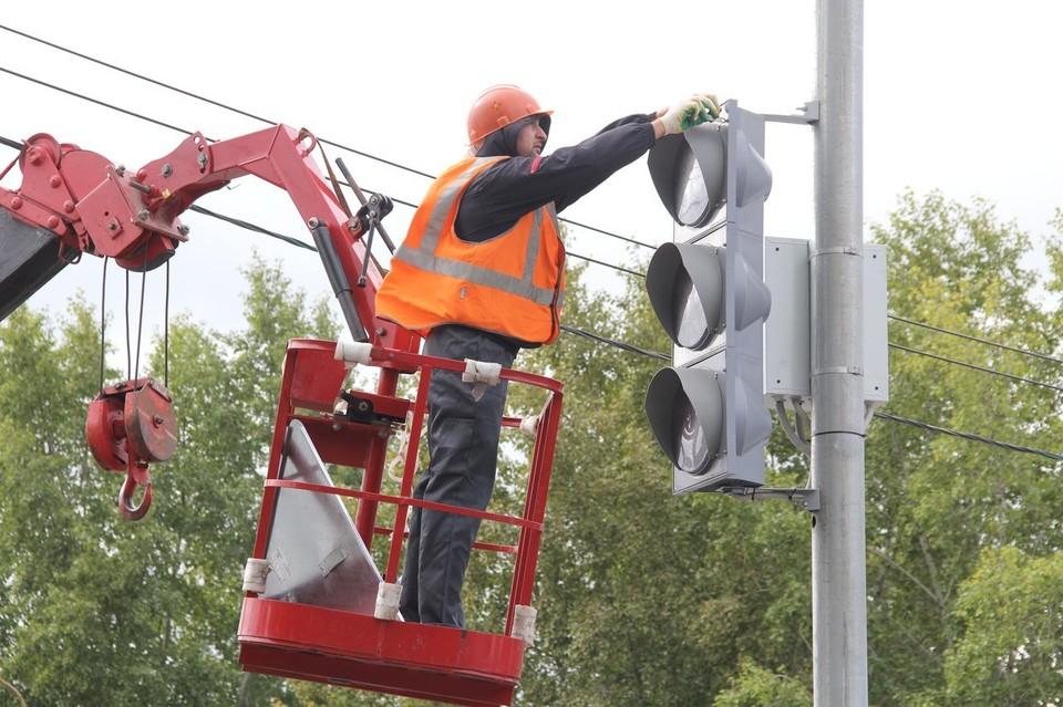 На перекрестке установили дополнительные знаки и добавили секции в светофор.
