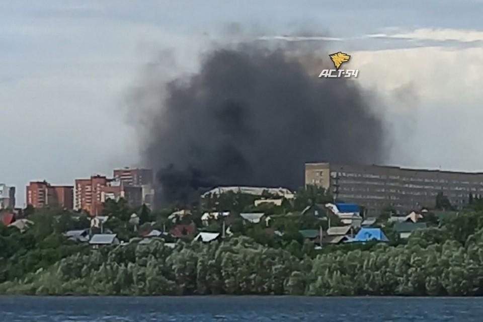 """В центре Новосибирска загорелись несколько частных домов. Фото: """"АСТ-54"""""""