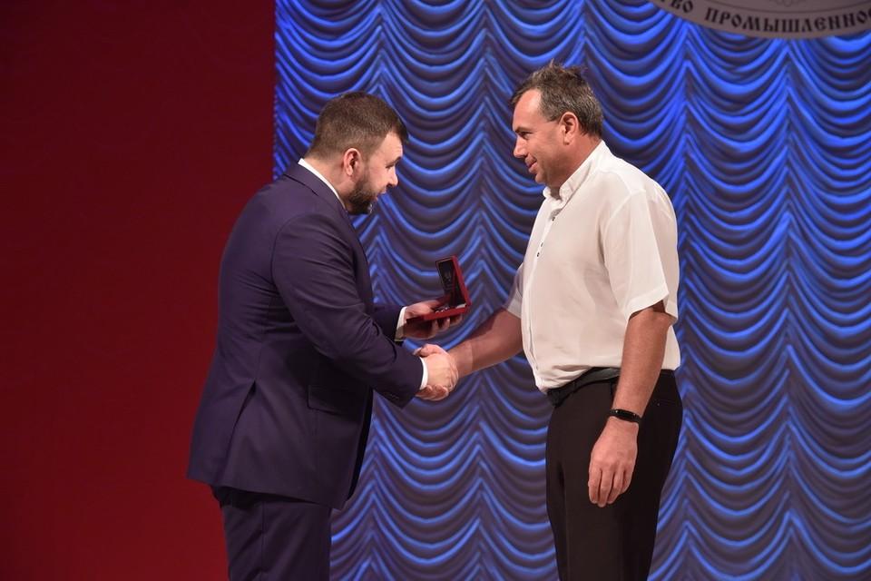 Глава ДНР наградил металлургов Республики. Фото: denis-pushilin.ru