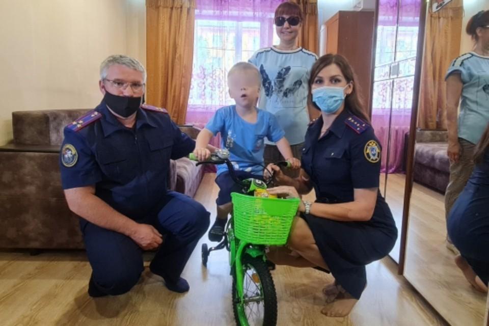 Следователи подарили велосипед мальчику, которого отец угрожал сбросить с 14 этажа