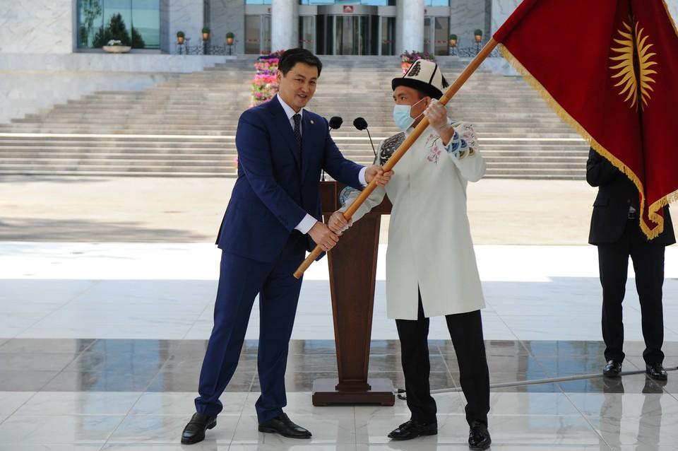 Глава кабмина Улукбек Марипов передал флаг Кыргызстана капитану олимпийской сборной Атабеку Азисбекову и пожелал команде побед на Играх.
