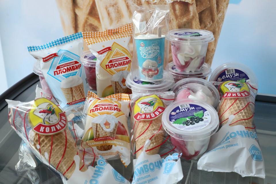 """Новинки этого сезона от фабрики """"Колибри"""": сливочное мороженое в сахарном рожке и белый пломбир в сахарном стаканчике с фруктово-ягодными начинками «вишня» и «манго». Фото: Александр Воложанин"""