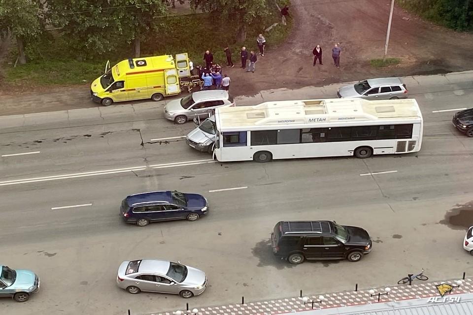 """В Новосибирске автобус столкнулся с кроссовером: есть пострадавшие. Фото: """"АСТ-54""""."""