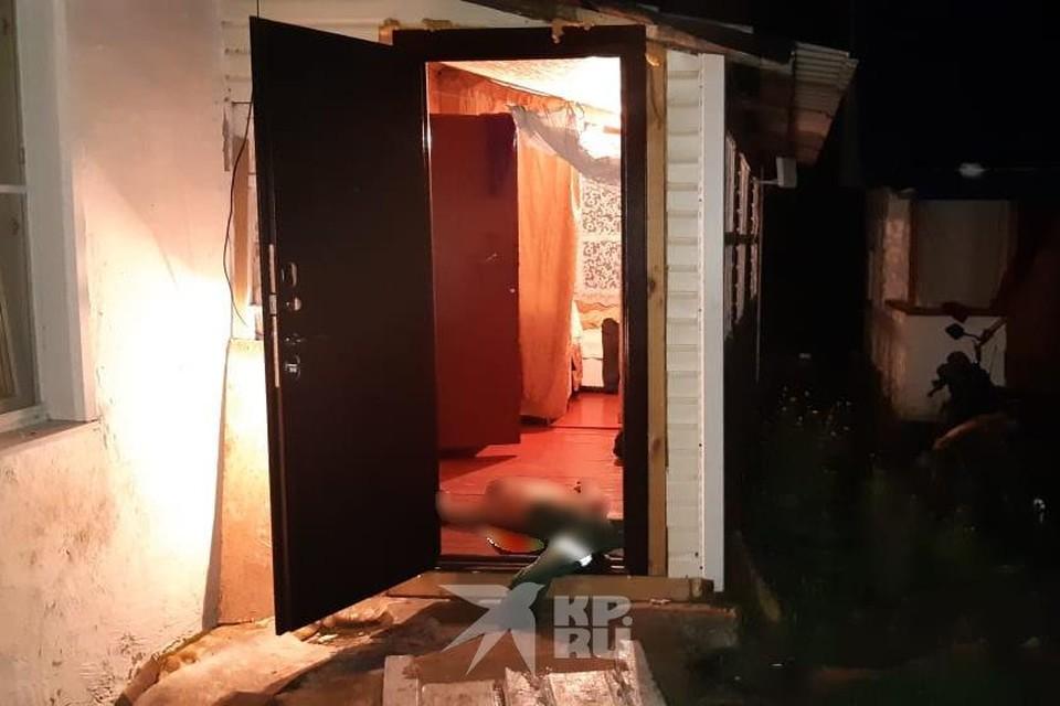 Мужчина погиб на пороге дома.
