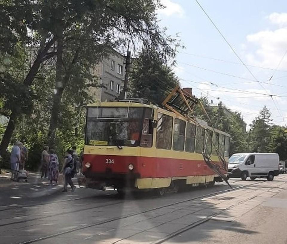 В центре Тулы у трамвая оторвался пантограф