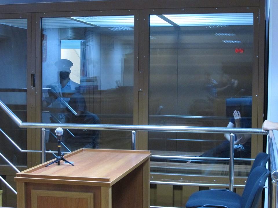 Подсудимые Харламов и Быковский прятали лица под капюшоном и за папкой