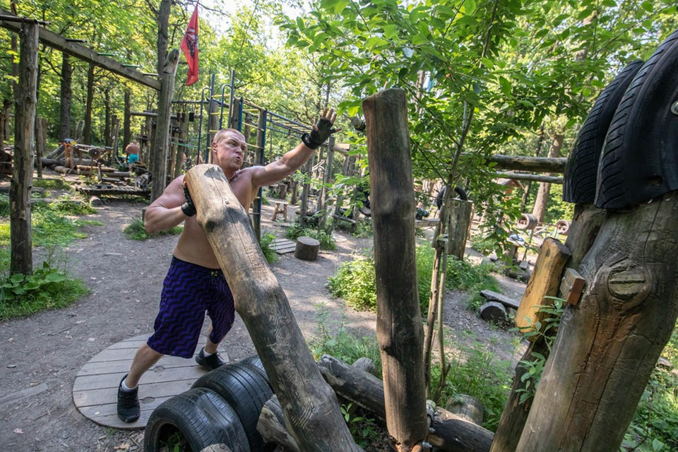 На опушке Тимирязевского леса больше 20 лет существует спортзал под открытым небом.