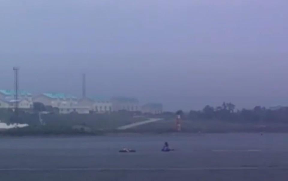 Двое мужчин уснули на матрасе для плавания и несколько часов дрейфовали в бухте Парис. Фото: news.vl
