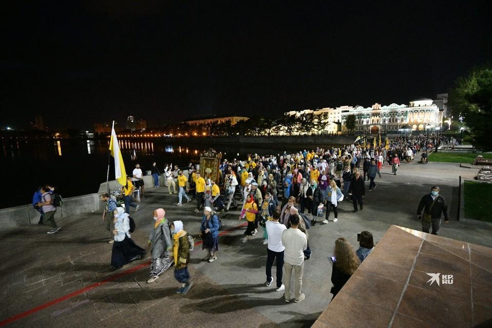 Верующие прошли по центру Екатеринбурга организованной группой в ночь на 17 июля