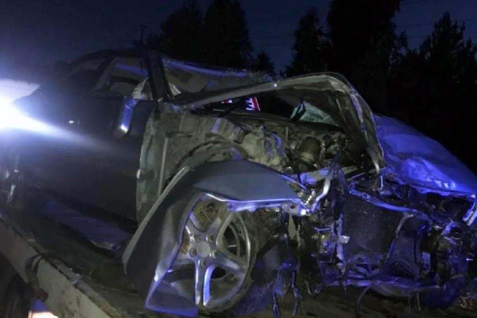 Автомобиль врезался в две березы. Фото: vk.com/act54