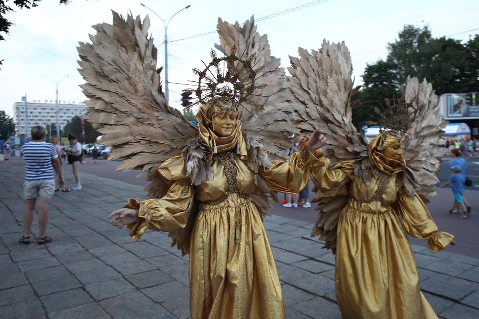 """На """"Славянском базаре"""" можно встретить кого угодно. Даже золотых ангелов."""